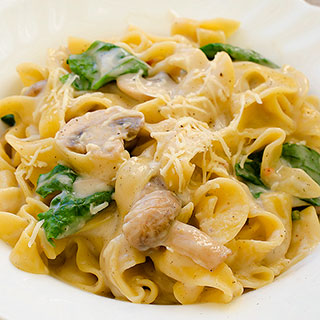 Fettuccine Pasta With Mushrooms and Spinach